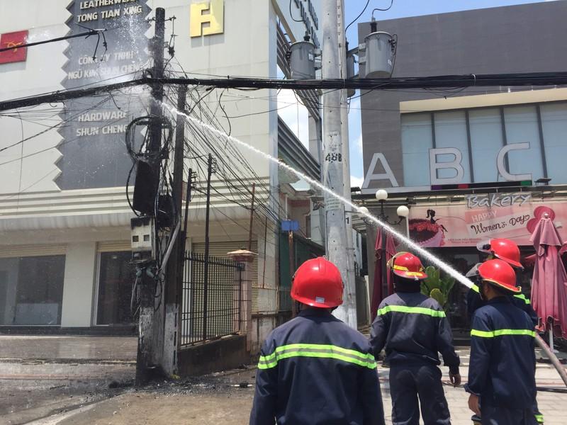 Cột điện ở Bình Dương cháy đùng đùng sau hàng loạt tiếng nổ - ảnh 3