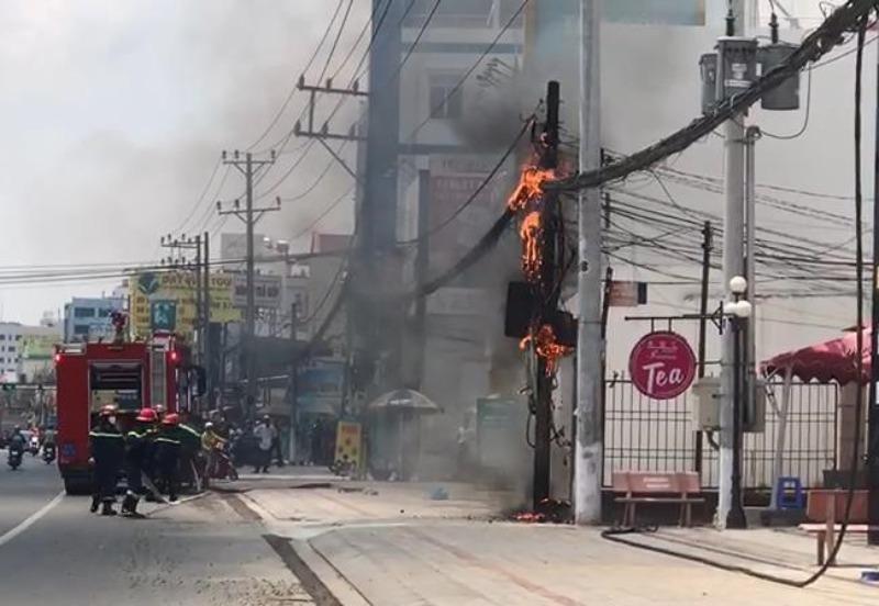 Cột điện ở Bình Dương cháy đùng đùng sau hàng loạt tiếng nổ - ảnh 1