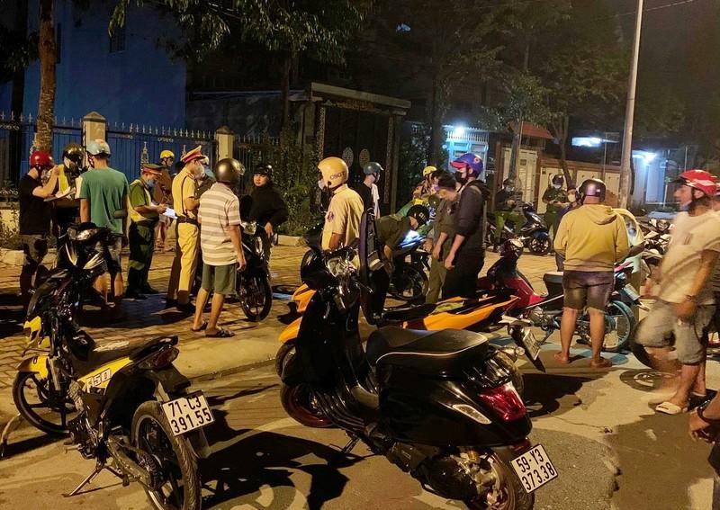 60 quái xế rú ga náo loạn đường phố ở Bình Dương - ảnh 2