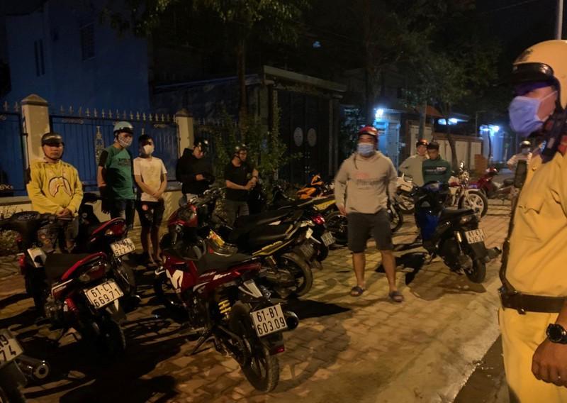 60 quái xế rú ga náo loạn đường phố ở Bình Dương - ảnh 1