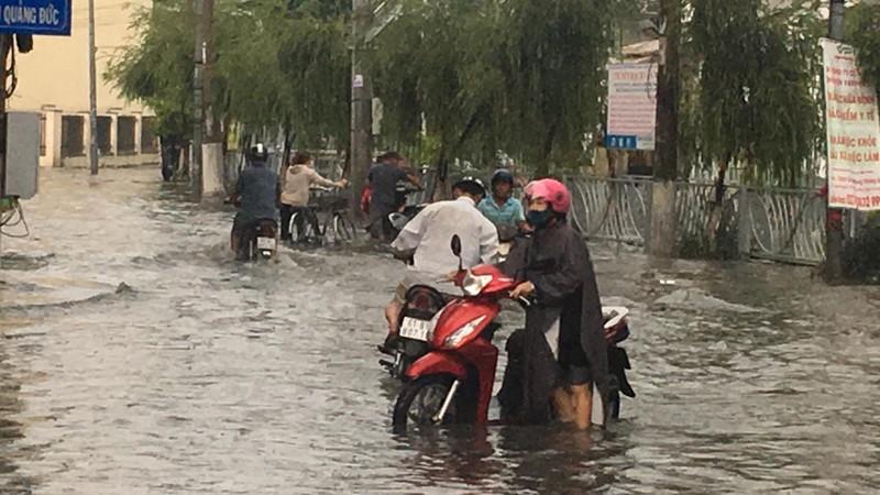 Bình Dương: Mưa đầu mùa khiến nhà sập, đường phố ngập  - ảnh 5