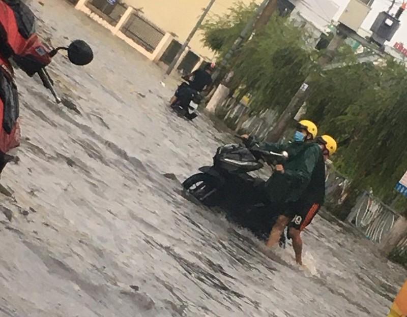 Bình Dương: Mưa đầu mùa khiến nhà sập, đường phố ngập  - ảnh 6