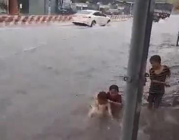 Bình Dương: Mưa đầu mùa khiến nhà sập, đường phố ngập  - ảnh 9