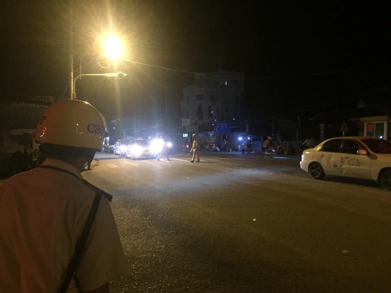 Nửa đêm, người dân vật vã vì kẹt xe trên cầu Phú Cường - ảnh 2