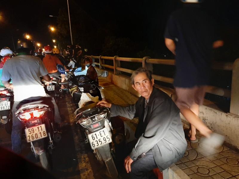 Nửa đêm, người dân vật vã vì kẹt xe trên cầu Phú Cường - ảnh 11