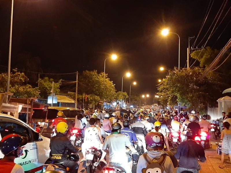 Nửa đêm, người dân vật vã vì kẹt xe trên cầu Phú Cường - ảnh 5
