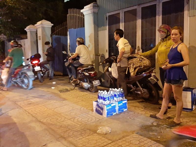 Nửa đêm, người dân vật vã vì kẹt xe trên cầu Phú Cường - ảnh 9