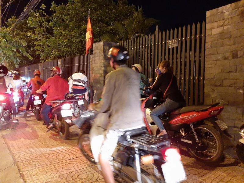 Nửa đêm, người dân vật vã vì kẹt xe trên cầu Phú Cường - ảnh 3