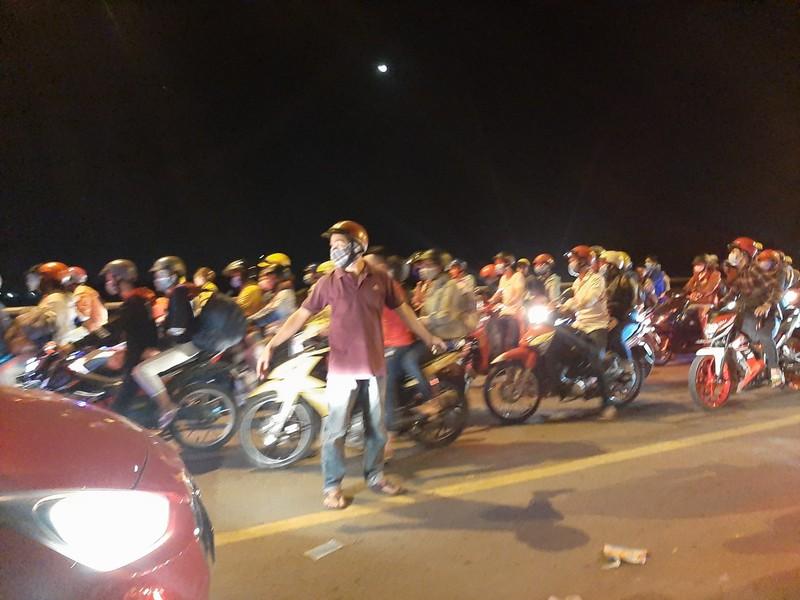 Nửa đêm, người dân vật vã vì kẹt xe trên cầu Phú Cường - ảnh 12