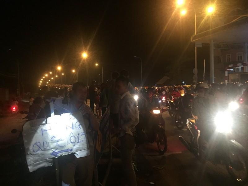 Nửa đêm, người dân vật vã vì kẹt xe trên cầu Phú Cường - ảnh 13