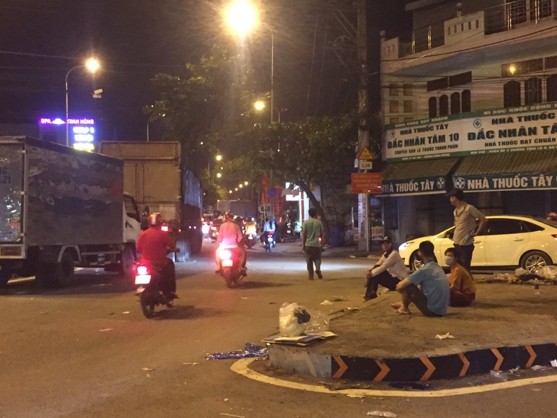 Nửa đêm, người dân vật vã vì kẹt xe trên cầu Phú Cường - ảnh 4