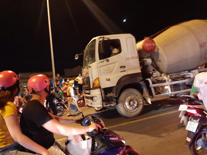 Nửa đêm, người dân vật vã vì kẹt xe trên cầu Phú Cường - ảnh 8