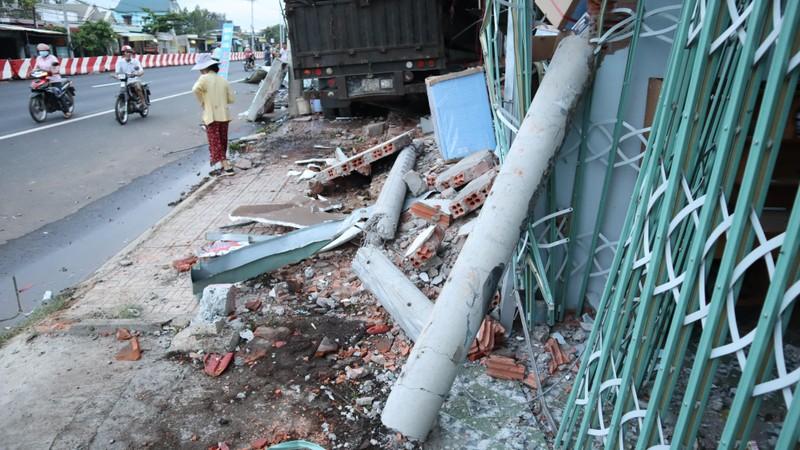 Xe container tông 4 nhà người dân ven đường  - ảnh 1
