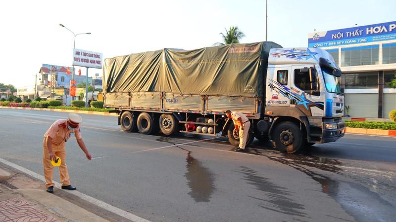 Va chạm với xe tải, vợ tử vong, chồng bị thương - ảnh 1