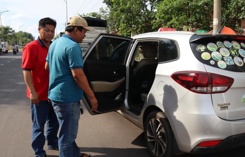 Thanh niên dùng dao tự sát trên xe taxi - ảnh 2