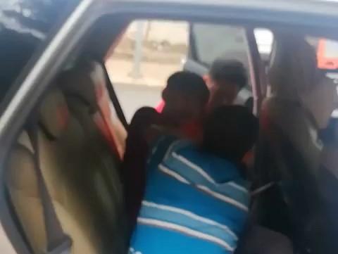 Thanh niên dùng dao tự sát trên xe taxi - ảnh 1