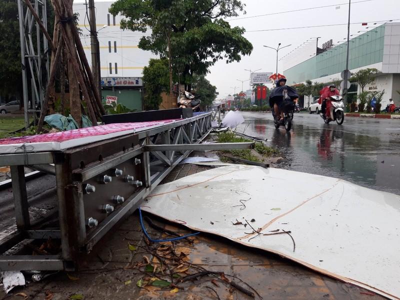 Cổng chào TP Dĩ An đổ sập, nhiều người thoát nạn - ảnh 1