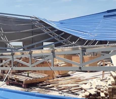 Cổng chào TP Dĩ An đổ sập, nhiều người thoát nạn - ảnh 2