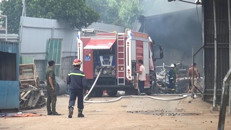 Cháy vựa phế liệu, cả khu dân cư hoảng loạn bỏ chạy - ảnh 1