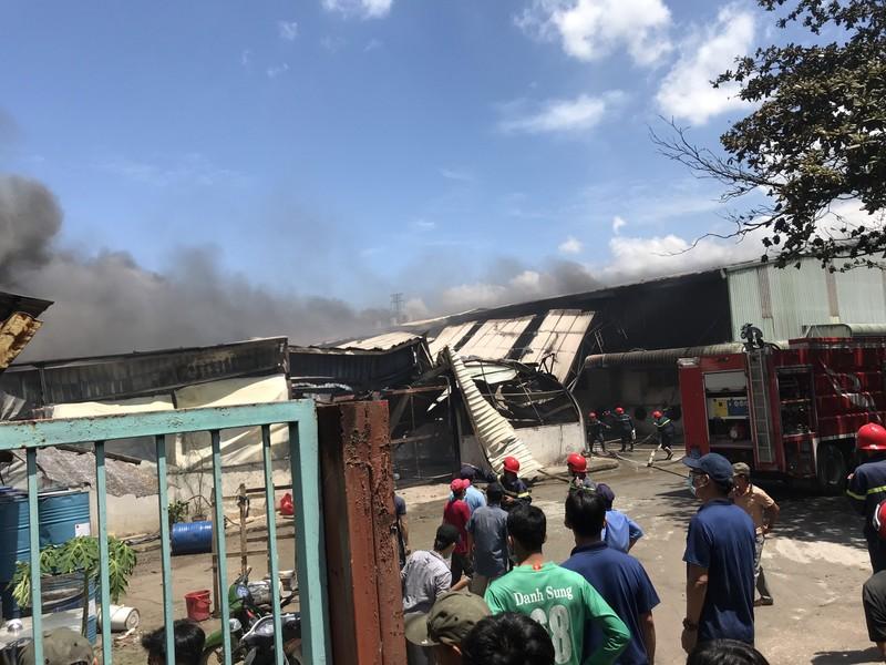 Công ty gỗ tại Bình Dương bốc cháy giữa trưa - ảnh 2