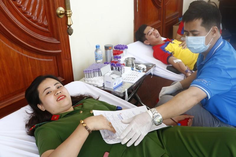 Sợ kim tiêm, nhắm mắt lại hiến máu cứu người - ảnh 2