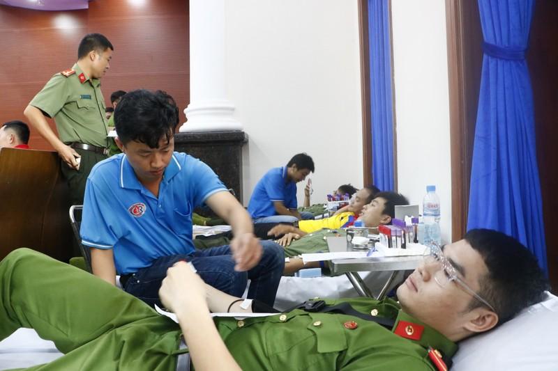 Sợ kim tiêm, nhắm mắt lại hiến máu cứu người - ảnh 1