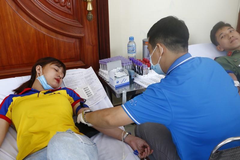 Sợ kim tiêm, nhắm mắt lại hiến máu cứu người - ảnh 3