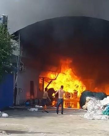 Bình Dương: Công ty nệm mút bốc cháy dữ dội - ảnh 2