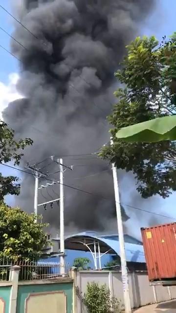 Bình Dương: Công ty nệm mút bốc cháy dữ dội - ảnh 1