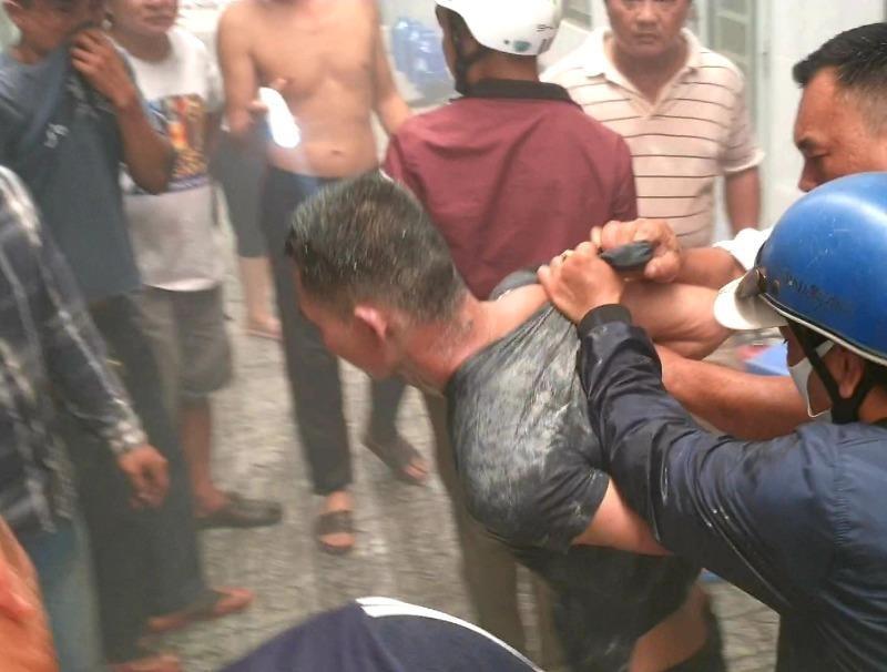 Bình Dương: Nam thanh niên đốt phòng trọ, cố thủ bên trong - ảnh 1