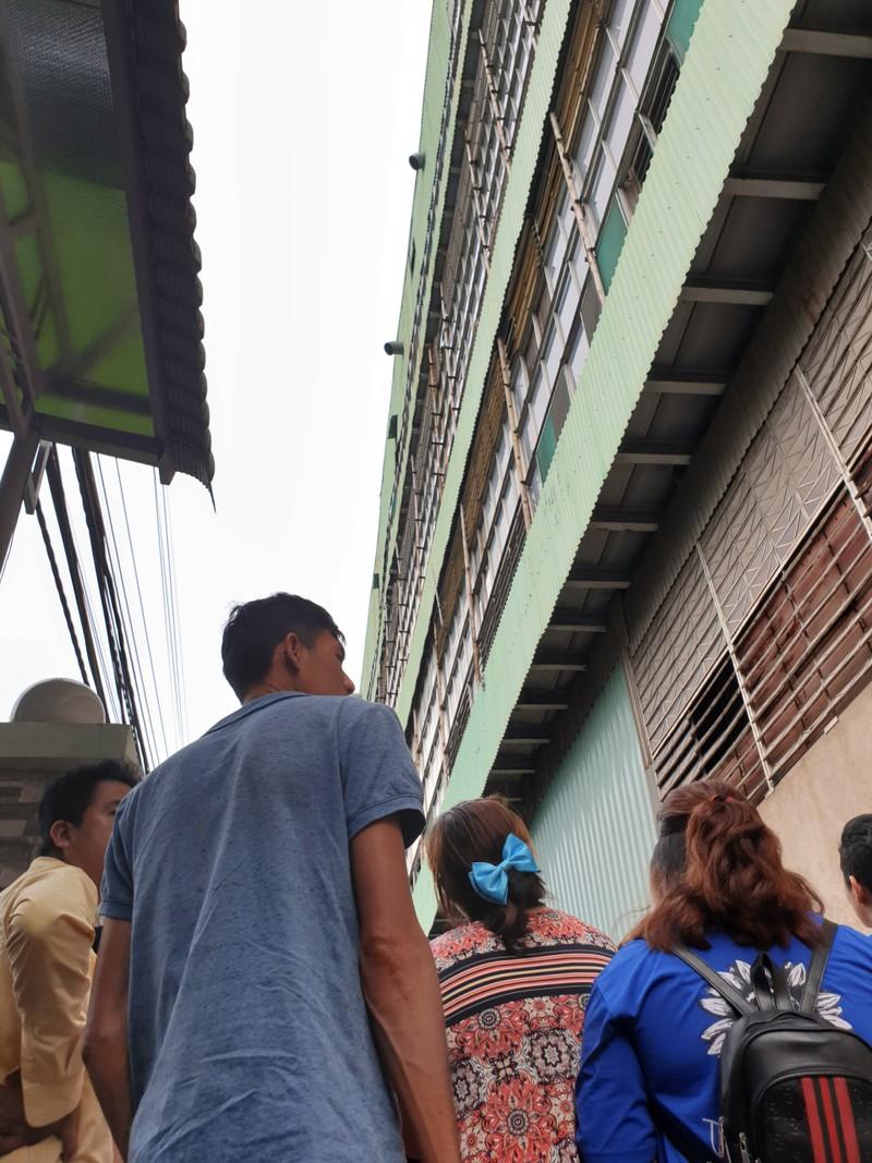 Nam công nhân rơi từ mái nhà xưởng xuống đất tử vong - ảnh 1