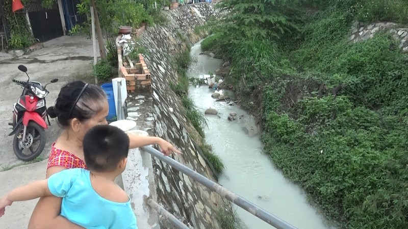 Người dân ngất xỉu vì hít phải mùi độc hại từ suối ô nhiễm - ảnh 1