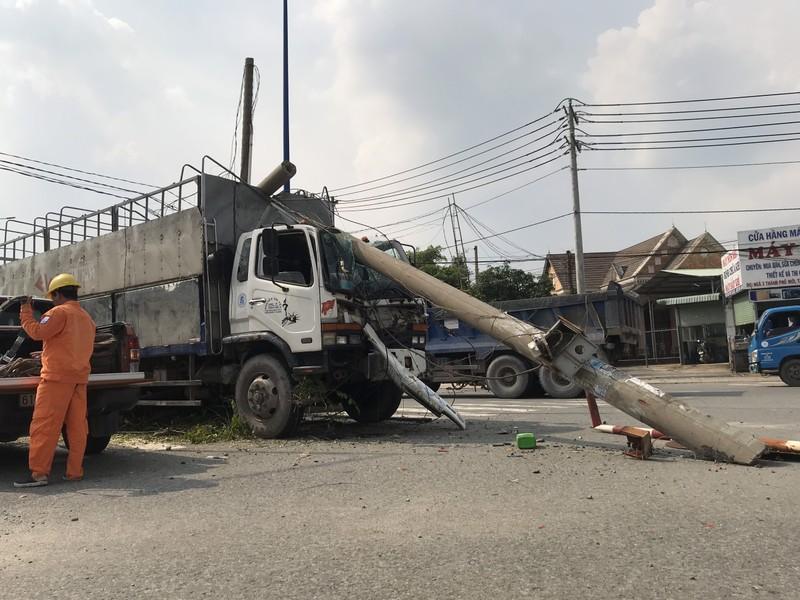 Ô tô tải đâm gãy trụ điện, hàng chục người thoát nạn - ảnh 1
