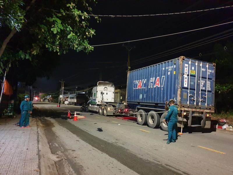Xe máy găm vào xe container ở Bình Dương, 1 người tử vong - ảnh 1