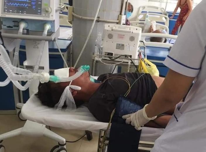 1 người mang rắn hổ 4,5 kg quấn trên tay đến bệnh viện cầu cứu - ảnh 1
