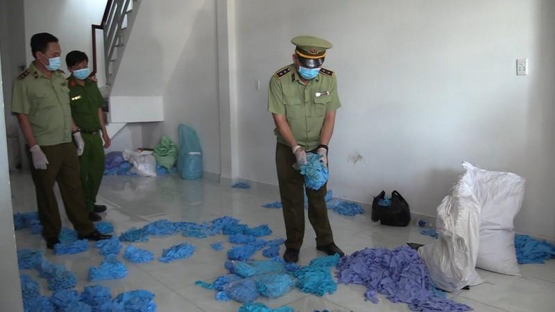 Hàng triệu găng tay, đồ bảo hộ y tế tái chế trong phòng trọ - ảnh 1