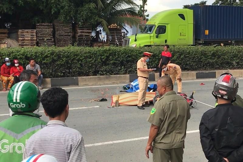 Hai thanh niên tại Bình Dương chết thảm dưới xe container - ảnh 1