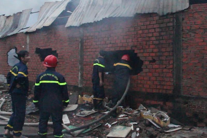 Công nhân hoảng sợ di dời đồ đạc vì sợ bị cháy lan - ảnh 2