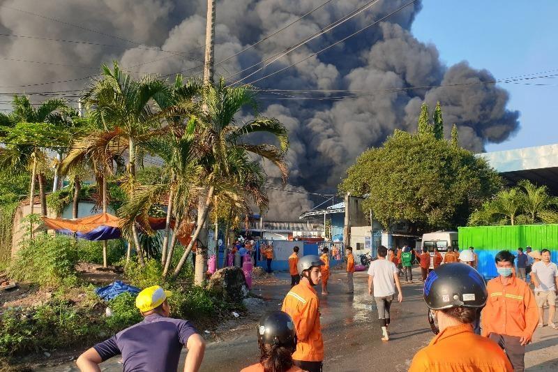 Một công ty tại Bình Dương đang bốc cháy dữ dội - ảnh 1