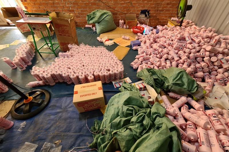 Bình Dương: Phát hiện xưởng sản xuất hàng giả số lượng lớn - ảnh 7