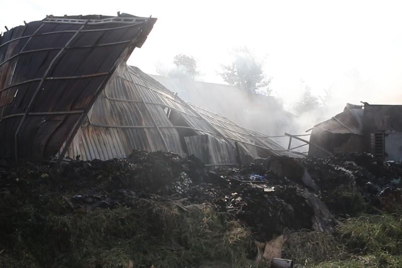 Bình Dương: Cháy lớn lúc rạng sáng, người dân ôm đồ bỏ chạy - ảnh 1