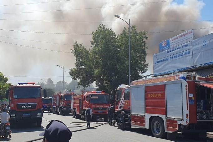 Bình Dương: Đang cháy lớn vựa ve chai trong khu dân cư - ảnh 1