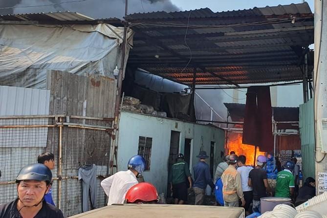 Bình Dương: Đang cháy lớn vựa ve chai trong khu dân cư - ảnh 2