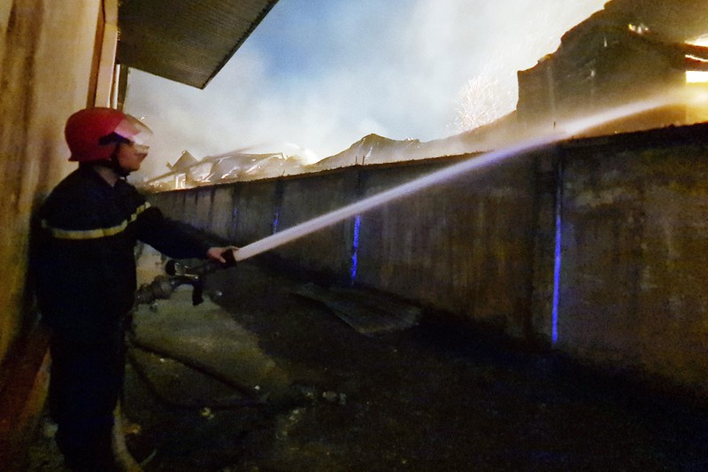 Toàn cảnh vụ cháy công ty sản xuất đồ gỗ tại Bình Dương - ảnh 5