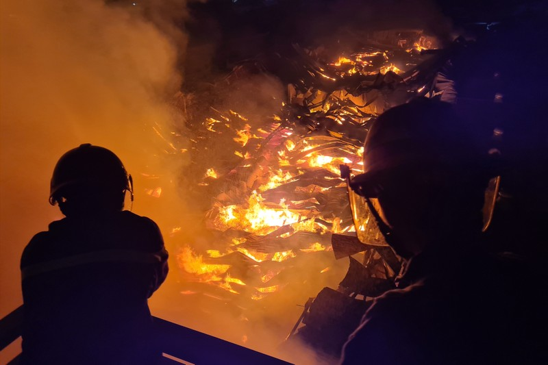Toàn cảnh vụ cháy công ty sản xuất đồ gỗ tại Bình Dương - ảnh 4