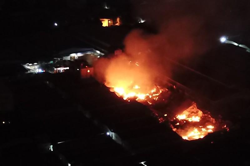 Toàn cảnh vụ cháy công ty sản xuất đồ gỗ tại Bình Dương - ảnh 1