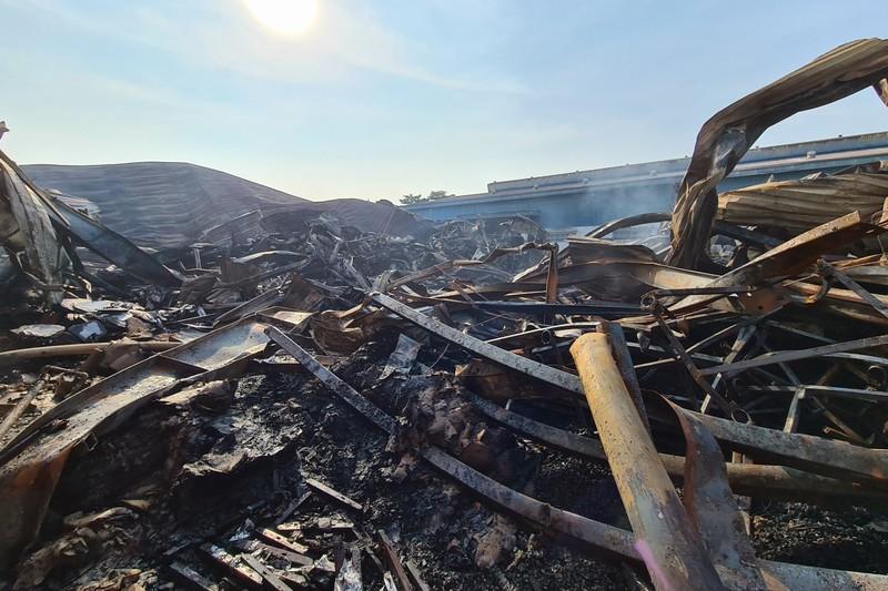 Toàn cảnh vụ cháy công ty sản xuất đồ gỗ tại Bình Dương - ảnh 10