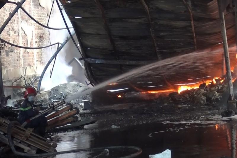 Bình Dương: Cháy lớn, cả khu dân cư hoảng loạn - ảnh 8