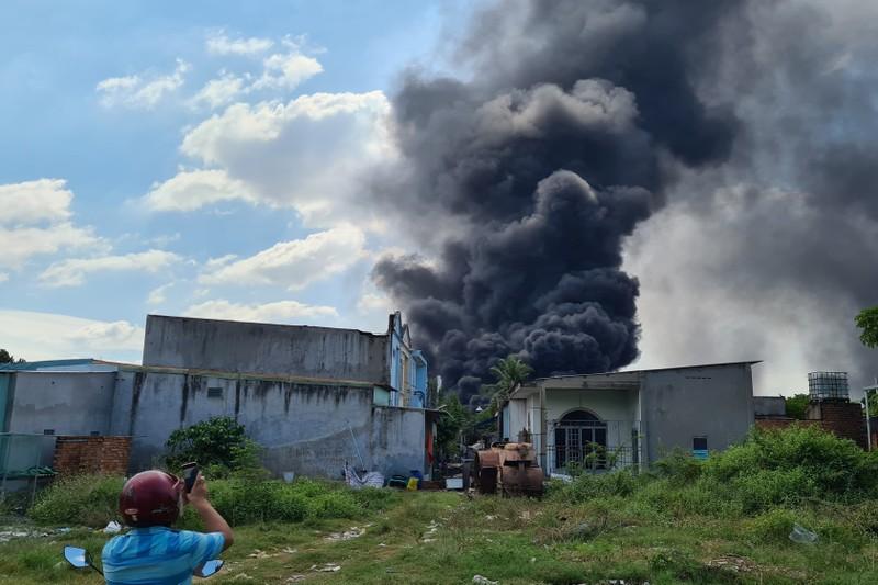 Bình Dương: Cháy lớn, cả khu dân cư hoảng loạn - ảnh 1