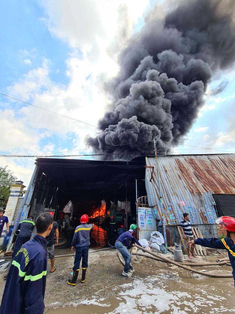 Bình Dương: Cháy lớn, cả khu dân cư hoảng loạn - ảnh 3